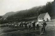 Haukeland skole hadde egen skolehage i Fløenbakken. Fotograf og årstall ukjent. Bergen Byarkiv.