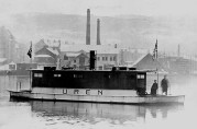 1. Uren (x Framnæs 6) på vei over Damsgårdssundet. I bakgrunnen Bjellands sardinfabrikk på Møhlenpris. Foto: Ukjent fotograf. (Henry Ulvatne via Bergens Sjøfartsmuseum)