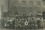 Arbeidere utenfor K. Jebsens Baand- og Lidse-Fabrik på Solheim, 1916. BBA-2937. Fotograf ukjent.