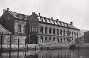 Den opprinnelige Tobakksfabrikken. Her ved Puddefjorden startet Tobakksfabrikken Viktoria sin virksomhet i 1910. Fotograf ukjent. Ukjent år. Bergens nærings- og forretningsliv i tekst og billeder.