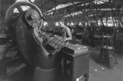 Arbeider ved maskinene i Bergens Blikktrykkeri i 1930. Foto: Atelier KK, UBB.