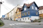 Løbergsveien sett sørover fra krysset ved Møregaten og Solheims Tverrgate. De nederste husene, nr.  27 og 29, er blant de eldre bolighusene i området. På naboeiendommen, nr. 31, lå brannstasjonen. Foto: Ingfrid Bækken, Bergen Byarkiv.