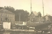 På slippen ligger båter til reparasjon. Fra venstre ser vi verkstedsbygget, og båter på slippen. Privat foto, ukjent fotograf og dato.