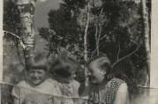 Inger og en venninne på tur på Gyldenpris med dukkene sine og hushjelpen Mossa. Ca. 129. Privat foto.