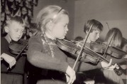 Skolen hadde sitt eget fiolinorkester. Fotograf og årstall ukjent. Arkivet etter Fridalen skole. Bergen Byarkiv.