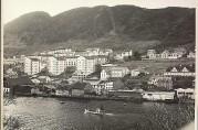 Bebyggelsen under Løvstakken fotografert i 1957 med de tre punkthusene midt i bildet. Arkivet etter Reguleringsvesenet.