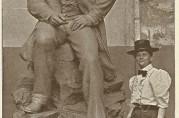 Billedhuggerinde Abrosia Tønnesen sammen med maleren J.C. Dahl. Her får vi et inntrykk av monumentets størrelse.  UBB-RAS-XA-0037. Fotograf ukjent. Uten år.