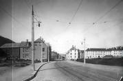 Bjørnsonsgaten med nyanlagte trikkeskinner. Fotograf: KK. Arkivet etter Bergen Sporvei AS.