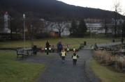 Øvrebø barnehage på nissemarsj i Slettenparken, 2007. Foto Vibeke Nordang. Seksjon informasjon. Fotostation, Bergen kommune.