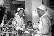 Arbeidersker ved pakkemaskinene ved Kavli AS på Gyldenpris. Arkiv etter Bergensavisen A-2174. Fotograf og år ukjent.