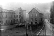 Fabrikkbygningen til venstre, og til høyre arbeiderboligen (revet 2013). Universitetsbibliotekets billedsamliger. Atelier KK, ca. 1918.