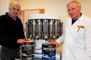 Ekspertisen på laboratoriet. Johan Dyrøy (t.v.) og Tore Jan Lund samarbeidet i over førti år på samme arbeidsplass, og ble Norges fremste eksperter på utendørs maling. Privat foto.