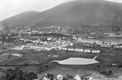 Oversiktsfoto over Bergens midtre del fra slutten av 1920-årene. På vestsiden av Haukelandsvannet ser vi selvbyggerkolonien på Nymark . Foto: Atelier KK. Billedsamlingen, UBB. (Kat. sign. UBB-KK-N-253/007)