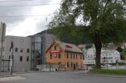 Den tidligere arbeiderboligen, kjent som Peppes, Danmarksplass. Foto: Ingfrid Bækken, 2011.