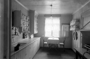 Interiør av kjøkken. Foto: Knud Knudsen. Billedsamlingen, UBB. (UBB-KK-N-253/054).