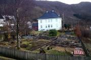 Landås hovedgård/lystgård sett fra nord, ved Landås kirke. Fotograf Ine Merete Baadsvik, 2014, privat.