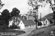 Haukeland sykehus. Gamle hovedgård og vakten. Udatert foto. Fotograf: Oppi, Eberh. B. Billedsamlingen, Universitetsbiblioteket i Bergen. UBB-BROS-04914.