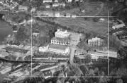 Møllendal med bedriften Sverre Munck markert midt i bildet. Boligbrakkene ved Møllendalsbakken er avbildet helt til høyre, utenfor den hvite rammen. Foto: Widerøes Flyveselskap, 1948. Billedsamlingen UBB.(Kat.sign: UBB-W-SH-013790.)