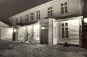 Baksiden av Kronstad hovedgård, med en hovedinngang og en kjøkkeninngang