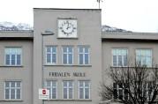 Navneskiltet fikk skolen i gave fra Syforeningen. Foto: Tore Jan Lund 2014