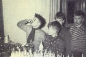 """Tran før mat på """"etaren"""" ved Fridalen skole 1954. Ukjent fotograf. Fra skolens arkiv, Bergen Byarkiv."""