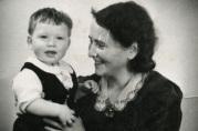 Tore Jan sammen med mor Gunhild i 1942-43. Fotograf Harald Lund. Privat eie.