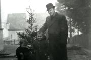 Fra h.: Harald Lund, Tore Jan Lund og Harald Lund jr. med julegran fra Hallingdal.