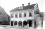 Nygårds Handelsforening med dør inn til Rognaldsens fiskebutikk til høyre. Atelier KK 1927, Universitetsbibliotekets billedsamlinger
