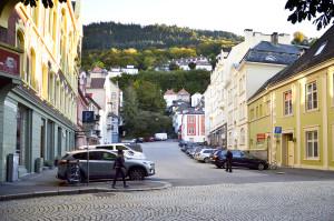 Øvre Korskirkeallmenningen ved krysset Nedre Korskirkeallmenningen/Kong Oscars gate. Fotograf: Knut Skeie Aksdal, Bergen Byarkiv. 2013.