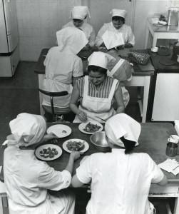 Elever ved Bergen kommunale husmorskole. Fotografi fra første halvdel av 1960-tallet. Fotograf: Ukjent. Arkivet etter Bergen kommunale husmorskole, Bergen Byarkiv.