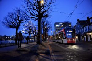 Kaigaten med Bybanen på vei mot Nesttun. Fotograf: Ann-Kristin Loodtz. Seksjon informasjon, Bergen kommune.