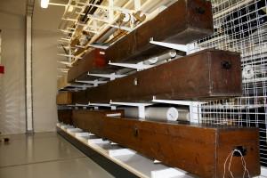 Bergen Byarkiv oppbevarer faner. Det er hovedsakelig fra fagorganisasjoner, men også fra buekorps og andre. Fanene ligger nedpakket i store trekasser. Fotograf: Bjarne Medby, Bergen Byarkiv, 2011.