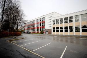 Hop oppveksttun, ungdomsskole ble oppført i 1959. Arkitekt, Øystein Nestaas. Fotograf: Rolf Hordnes. Seksjon informasjon, Bergen kommune.