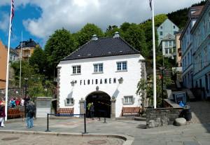 Fløybanens Nedre stasjon på Vetrlidsallmenningen er tegnet av arkitekt Einar Oscar Schou. Fotograf. Katarina Lunde, Seksjon informasjon, Bergen kommune.