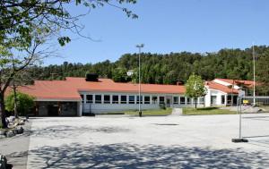 Bønes skole ble oppført i 1961. Skolen be tegnet av arkitekt Øyvin Lien. Fotograf: Rolf Hordnes. Seksjon informasjon, Bergen kommune.