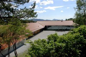 Haukedalen skole ble oppført i perioden 1973 til 1991. Arkitekt, Peder Ristesund. Skolen ble utvidet i 1996. Arkitekt, Origo arkitektgruppe AS. Fotograf: Ragnhild Øverland Arnesen