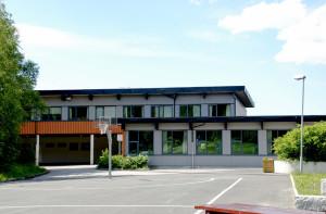 Marikollen skole ble oppført i 1981. Skolen ble tegnet av arkitekt Arne Halvorsen. Fotograf: Ragnhild Øverland Arnesen. Seksjon informasjon, Bergen kommune.