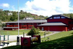 Li skole sto ferdig i 1980. Skolen ble tegnet av arkitekt Øivind Maurseth. Fotograf: Ragnhild Øverland Arnesen. Seksjon informasjon, Bergen kommune.