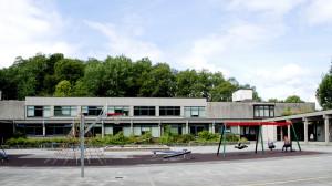 Kalvatræet skole ble oppført i 1971. Arkitekt, Peder Ristesund. Skolen ble påbygd i 2005. Fotograf: Ragnhild Øverland Arnesen. Seksjon informasjon, Bergen kommune.