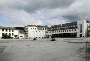 Eidsvåg skole ble innviet i 1954. Den ble bygd i etapper fra 1952 til 1970. Fotograf: Ragnhild Øverland Arnesen. Seksjon informasjo, Bergen Byarkiv.