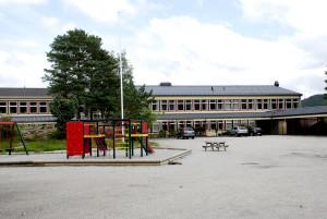 Ulsetskogen skole ble oppført i 1971. Arkitekt Sigmund Myking. Fotograf: Ragnhild Øverland Arnesen. Seksjon informasjon, Bergen kommune.