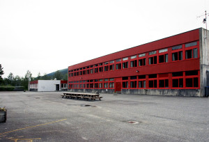 Garnes ungdomsskole ble oppført 1970. Den ble teget av arkitekt Jan Olav Reither. Fotograf: Elisabeth Vedeler. Seksjon informasjon, Bergen kommune.