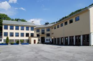 Salhus skole ble oppført i 1956. Arkitekter, Torgeir Alvsaker og Einar Vaardal-Lunde. Fotograf: Ragnhild Øverland Arnesen. Seksjon informasjon, Bergen kommune.