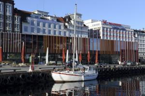 Mathallen på Torget åpnet i 2012. I bygningen er det turistinformasjon og fiskemarked. Fotograf: Marius Solberg Anfinsen. Seksjon informasjon, Bergen kommune, 2013.