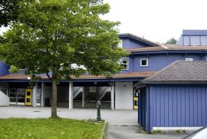 Aurdalslia skole ble oppført i 1991. Den ble tegnet av arkitekt Helge Knutsen. Fotograf: Rolf Hornes. Seksjon informasjon, Bergen kommune.