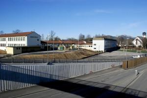 Skjold skole ble tegnet av arkitekt Øystein Nestaas, og sto ferdig i 1958. Fotograf: Rolf Hordnes. Seksjon informasjon, Bergen kommune.
