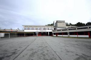 Ytrebygda skole ble oppført i 1964. Skolen ble tegnet av arkitekt Jan Olav Reither. Fotograf: Marius Solberg Anfinsen. Seksjon informasjon, Bergen kommune, 2014.