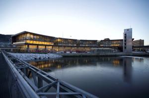 Hovedbrannstasjonen, Lungegårdskaien 44. Bygningen ble tegnet av arkitekt Stein Halvorsen. Fotograf: Thor Brødreskift. Seksjon informasjon, Bergen kommune, 2013.