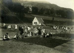 Jenteklasser fra Haukeland skole arbeider i skolehagen i Fløen. Fotograf: Ukjent. Arkivet etter skolehagene, Bergen Byarkiv.