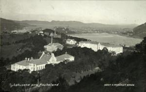 Sykehusene på Haukeland, senere slått sammen til Haukeland Sykehus fotografert rundt 1920. Fotograf: Knud Knudsen. Arkivet etter Reguleringsvesenet, Bergen Byarkiv.